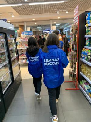 Волонтёры продолжают работу в центре «ЕР»