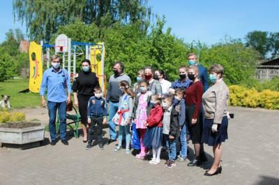 Единороссы Советска поздравили с Днём защиты детей многодетную семью