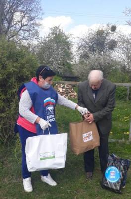 Волонтёры Правдинска передают продуктовые наборы нуждающимся