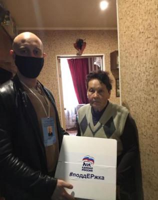Одиноким пенсионерам волонтёры доставили продуктовые наборы