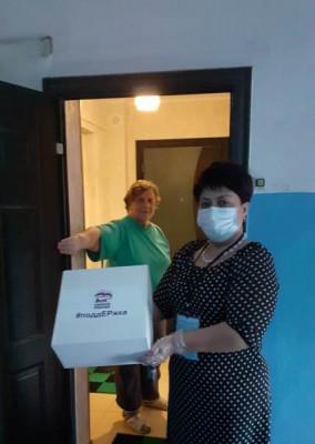 Волонтёры доставили продуктовые наборы одиноким пенсионерам