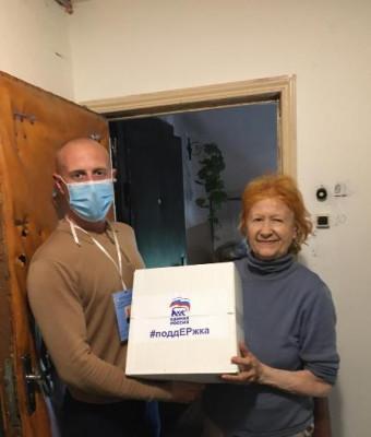 Волонтёры продолжают доставлять продуктовые наборы нуждающимся