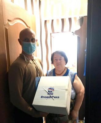 В Калининграде волонтёры доставили продуктовые наборы