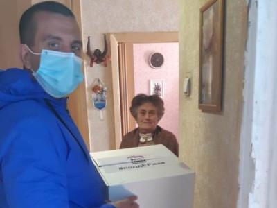 Волонтёры продолжают доставлять продуктовые наборы