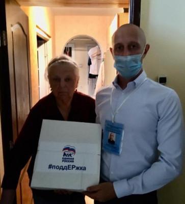 Пожилым жителям Калининграда волонтёры доставили продуктовые наборы