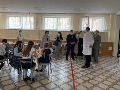 Единороссы проверяют организацию бесплатного питания в школах