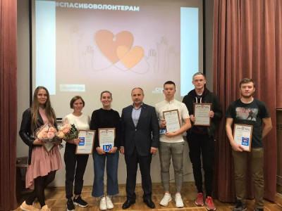 Единороссы Светлого наградили активистов волонтёрского центра
