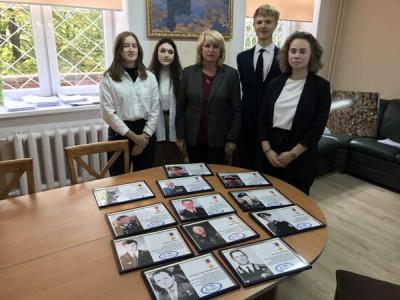 Единороссы передали гимназии №1 экспозицию о Героях России