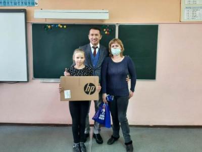 Многодетная семья из Калининграда получила ноутбук для обучения детей