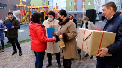 Единороссы Калининграда вручили ключи жителям аварийных домов