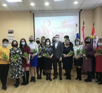 В Мамоново единороссы поздравили женщин с праздником