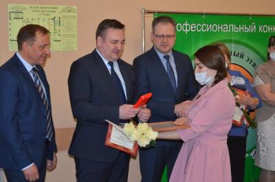 Единороссы Гвардейска поздравили участников педагогических конкурсов
