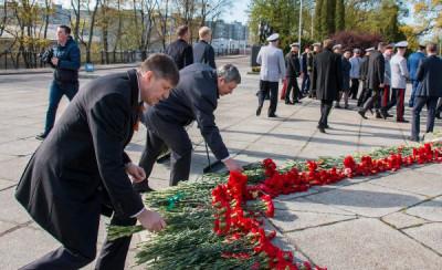 Андрей Кропоткин возложил цветы к мемориалу 1200 гвардейцев