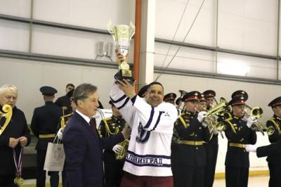 В Гусеве единороссы поздравили победителей турнира по хоккею