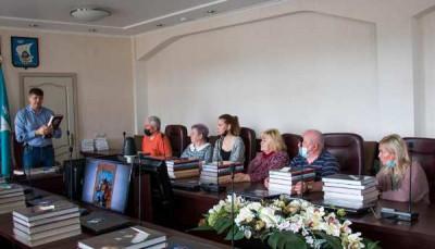 Андрей Кропоткин передал свои авторские книги школьным библиотекам