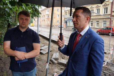 Калининградский депутат проверил ремонт тротуара на улице Киевской