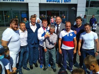 Единороссы встретили Олимпийского чемпиона Евлоева в аэропорту