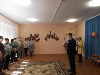 Единороссы Янтарного поздравили работников дошкольного образования